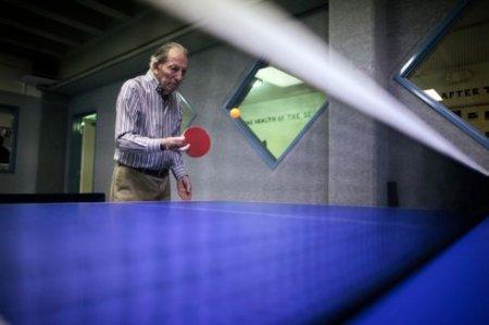 Un homme fait du ping-pong dans le cadre d'un programme destiné aux malades atteints d'Alzheimer en Californie.